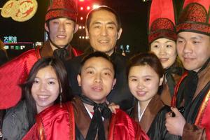 我院声乐合唱团参加张艺谋导演歌剧《图兰朵》鸟巢版演出与张导合影